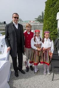 Pildiallkiri: Mina ja president. Pildil on veel Ameerikas elavad tüdrukud Sonja ja Maya. Foto: Raigo Pajula - pics/2014/08/42836_001_t.jpg