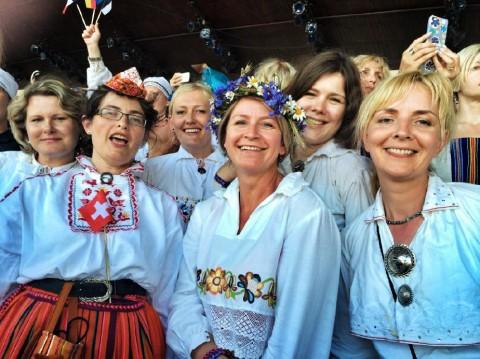 pildiallkiri: Õnnelikud laulupeolised Tallinna laulukaare all. Foto: Kaire van der Toorn-Guthan  - pics/2014/08/42837_001_t.jpg