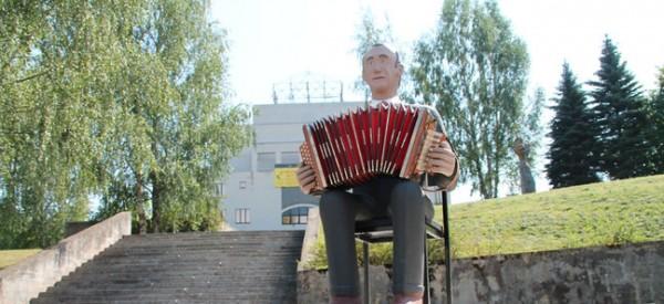 Ootamatult linnapilti tekkinud Karl Kikase skulptuur. Foto: Indrek Sarapuu - pics/2014/08/42842_001_t.jpg