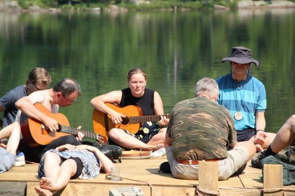 Vägilaulude huviringi juhendab keskel kitarriga Ingel Undusk - pics/2014/08/42850_022_t.jpg