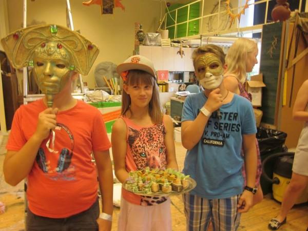 Foto allkiri: Lapsed Vanemuise teatri lavatagusega tutvumas.  - pics/2014/10/43252_001_t.jpg