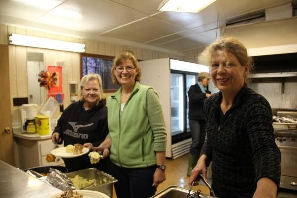 Kati Küti, Angela Sadul ja Silvia Birk-Terts head rooga serveerimas näljastele talgulistele.  - pics/2014/10/43426_055_t.jpg