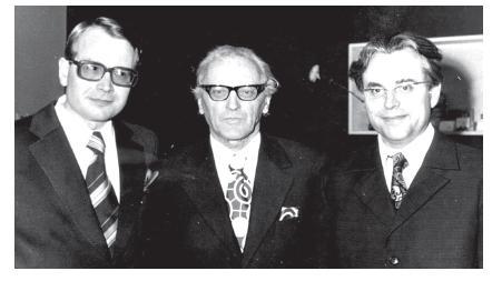 Paul Ariste 1975. aastal kahe vastse teaduste doktoriga: paremal Huno Rätsep, vasakul Ago Künnap. - pics/2014/11/43515_001.jpg