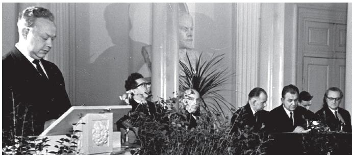 Professor Ariste 60. juubel veebruaris 1965. Pildil paremalt Feodor Klement, Paul Ariste, Johannes Tammeorg, Arnold Kask, Johann Voldemar Veski, Lembit Raid. Kõneleb Juhan Peegel. - pics/2014/11/43515_002.jpg
