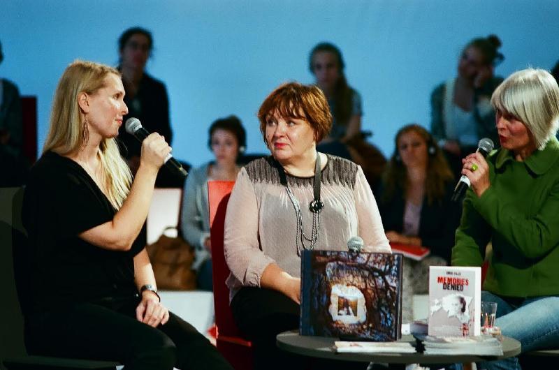 """Imbi Paju (keskel) Frankfurdi raamatumessil raamatut """"Estland – wo bist du? Verdrängte Erinnerungen"""" tutvustamas. - pics/2014/12/43742_001.jpg"""