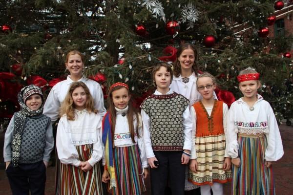 """""""Kungla"""" lasterühm, taga juhendajad Liina Jõgi ja Elin Marley. - pics/2014/12/43770_019_t.jpg"""