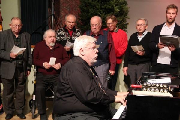 Meeskoori laule saatis Charles Kipper klaveril - pics/2014/12/43828_060_t.jpg