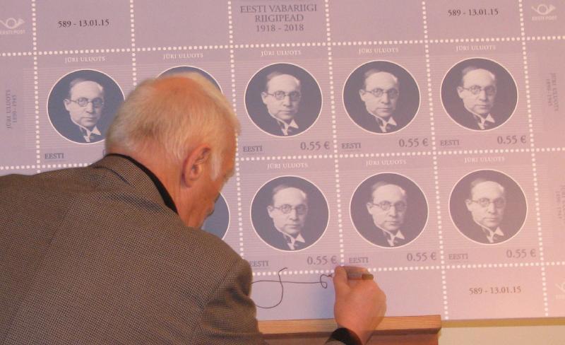 Lembit Lõhmus signeerimas enda kujundatud Jüri Uluotsa postmarki. - pics/2015/01/44213_002.jpg