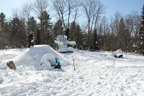 Ehitati kaks lumeonni. Vasakul suurem gaididele ja paremal väiksem skautidele. - pics/2015/02/44413_032_t.jpg