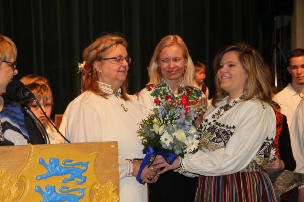vasakult Mari Ann Tammark, Merli Tamtik. Lilli annab üle Emma Soolepp.  - pics/2015/02/44452_027_t.jpg