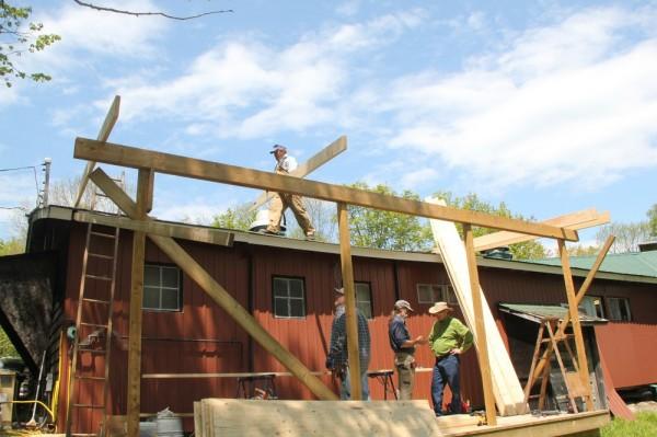 """""""Lembitu"""" töömehed ehitavad köögi katusealust. Katusel Alrek Meipoom, all Peter Jääger, Pearu Tamm ja Endel Mell. - pics/2015/05/45029_004_t.jpg"""