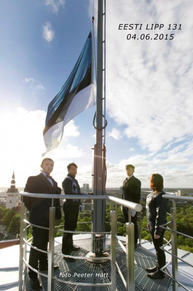Foto:Lipu heiskavad (vasakult)Riia Eesti Kooli,Tallinna 21.Kooli ja Noarootsi Gümnaasiumi õpilased. - pics/2015/06/45077_001.jpg