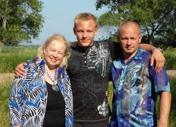 Pildil vasakult Sirje Kiin oma pojapoeg Martini ja poeg Söreniga - pics/2015/06/45197_001_t.jpg