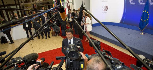 Reporterite fookuses on ülemkogul «plahvatanud» Itaalia peaminister Matteo Renzi. Foto: Virginia Mayo/AP - pics/2015/06/45233_001.jpg