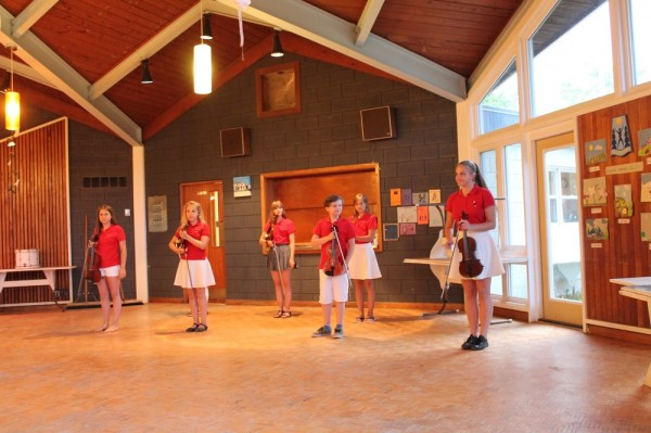 """Tallinna vanalinna muusikakooli viiuliansambel """"Võlukeeled"""" esineb Seedrioru laagri lõpupeol, 31 juulil, 2015 - pics/2015/08/45475_005_t.jpg"""