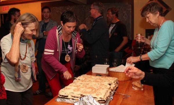 Lea Kreinin (keskel) lõikab lahti võivaleivatorti - pics/2015/08/45661_016_t.jpg