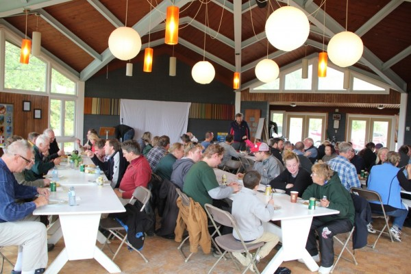 volunteers having lunch - pics/2015/10/45970_004_t.jpg