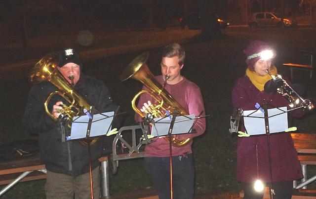 Jõulukoraale saatis trio: Enn Kiilaspea, Kristjan Naelapea ja Elin Marley. - pics/2015/12/46571_001.jpg