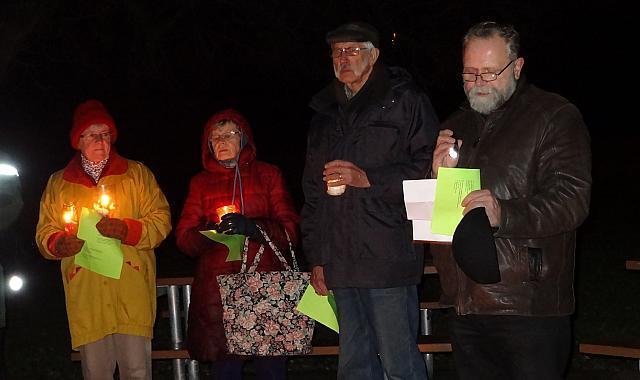 Jõuluevangeeliumi luges praost Mart Salumäe (paremal), seda kuulavad Reet Marley, Kersti ja Arne Randsalu.  - pics/2015/12/46571_002.jpg