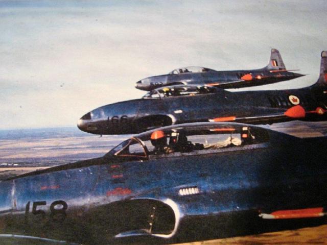 Lendur-ohvitser Sannu Mölder lendavas  reas esimese T-33 hävituslennuki piloodina.   Nägu peitub selgelt nähtava kiivri all.  foto SM arhiiv  - pics/2015/12/46691_001.jpg