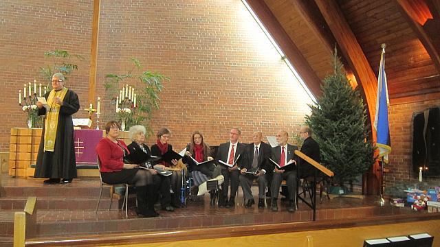 Jõuluteenistus Peetri kirikus. Isa Stefan ja koguduse ansambel. Foto: V. Einola - pics/2015/12/46693_001.jpg