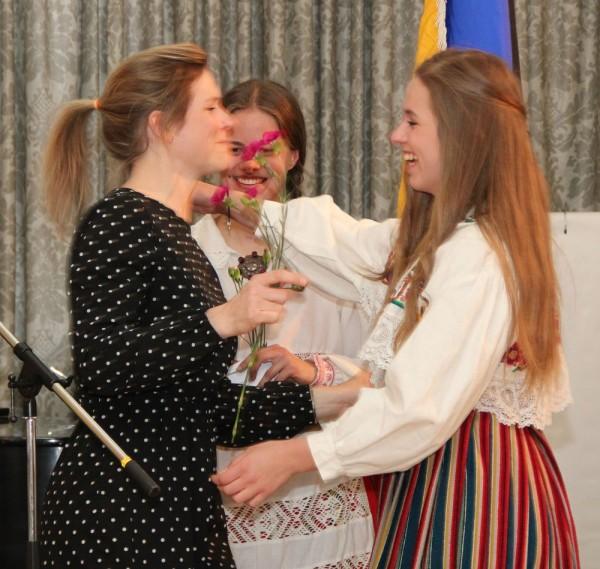 Viive Kittask tänab rahvatantsu õpetamise juures abilist Karina Järvet. - pics/2016/05/47605_026_t.jpg