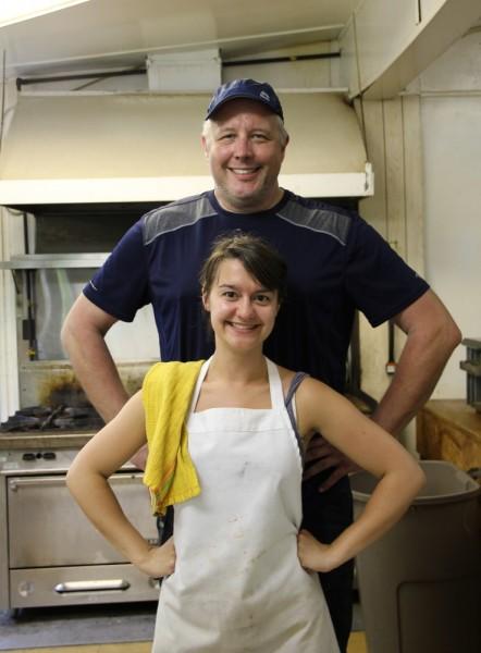 David Hogg ja Katrin Tamm koos abilistega hoolitsesid talguliste söögi eest - pics/2016/05/47707_004_t.jpg