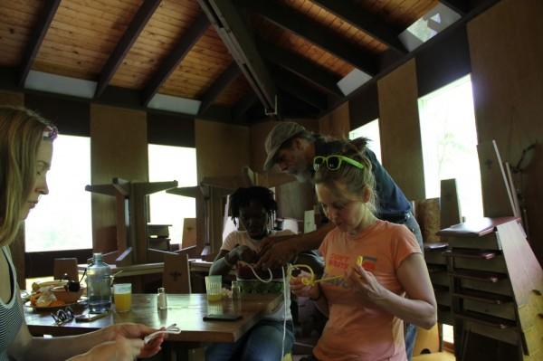 Kotkajärve Metsaülikooli esindajatele Kristen Dobbinile, Evelyn Agyemangile ja Kerly Ilvesele õpetab sõlmi Pearu Tamm - pics/2016/05/47707_007_t.jpg
