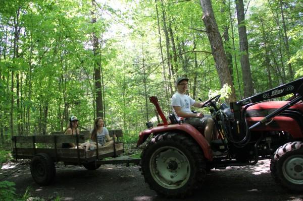 Traktorit juhib Andres Jeeger, kastis Kariina Järve ja Seliina McConville - pics/2016/05/47707_040_t.jpg