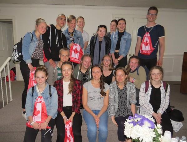 Teatrigrupp pärast lennujaamast saabumist. Foto: Ene Timmusk - pics/2016/06/47734_001_t.jpg