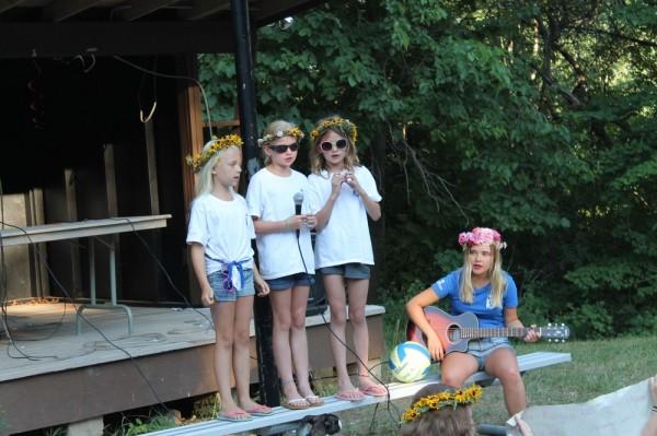 """Seedrioru väikeste tüdrukute grupp esineb lauluga """"Kaugel külas"""" - pics/2016/07/48008_008_t.jpg"""