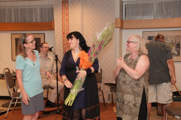 Maimu Mölder and Dace Veinberga present flowers to Julgī Stalte at the end of the concert. - pics/2016/08/48261_006_t.jpg