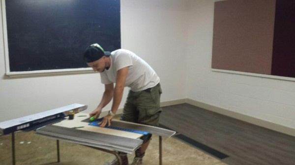 Armand Lepik uut põrandat panemas Eesti Majas klassiruumis nr. 9. Foto: Linda S. Armand Lepik installing new flooring in classroom nr. 9 at Estohouse. Photo: Linda S. - pics/2016/09/48354_002_t.jpg