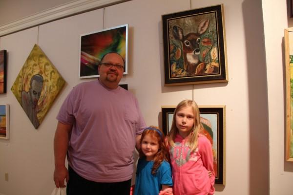 Ivar Soever lastega lemmiku metskitse maali juures.  Ivar Soever enjoying the art show with his daughters in front of their favourite painting of a deer.  - pics/2016/10/48441_004_t.jpg
