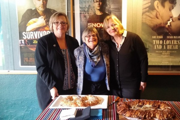 """Rutti Yalle, Lia Sarafian and Krista Heap offering Estonian """"kringel"""" to the public after the screening of """"The Singing Revolution"""" in Waterloo, Ont., 23, Oct 2016. Photo Martin Kiik - pics/2016/10/48574_002_t.jpg"""