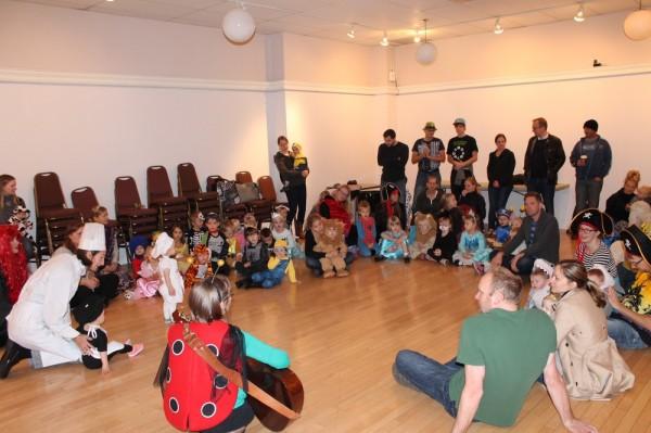 TES lasteaia lapsed kogunevad lauluklassis (Liina Purja-Lepiku juhatusel) enne pidu - pics/2016/10/48604_002_t.jpg