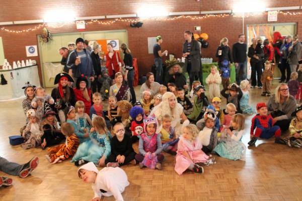 TES Lasteaia lapsed kogunevad Toronto Eesti Maja suures saalis Halloween'i peo alul. - pics/2016/10/48604_004_t.jpg