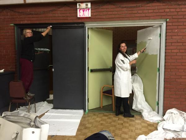 Ester Kivi ja Heidi Laikve-Kuus värvimas Suure Saali seinu. Ester Kivi and Heidi Laikve-Kuus painting the Grand Hall doors - pics/2016/11/48729_001_t.jpg