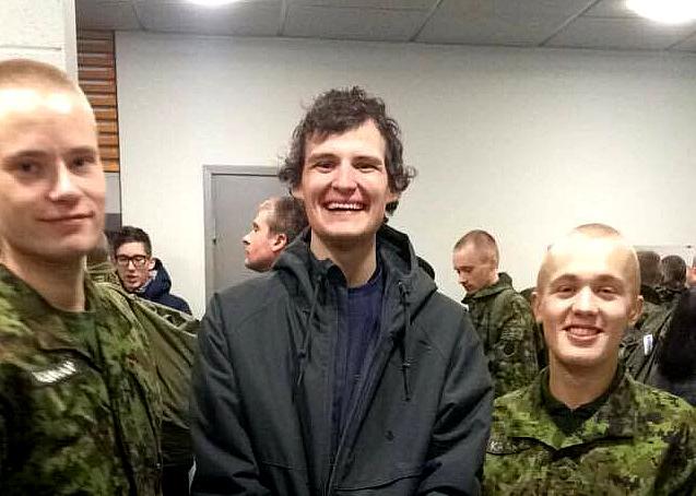 Sven Wichman USAst (vasakul) ja Juhan Käärid Kanadast (paremal) koos nenda sõbraga Sanderiga Kuperjanovi pataljoni kasarmus Lõuna Eestis. - pics/2016/12/48808_001.jpg