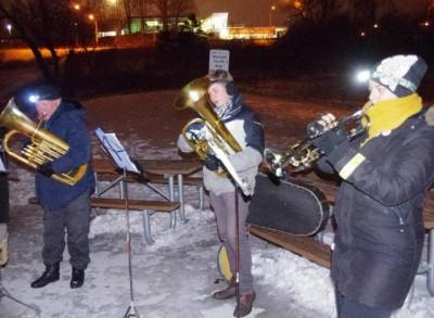 Külma trotsides toetasid jõulukoraale vaskpillidel Elin Marley, Kristjan Naelapea ja Enn Kiilaspea. Foto: Paul Kiilaspea - pics/2016/12/48880_001_t.jpg