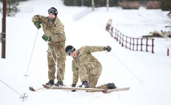 USA sõjaväelased, kellest paljud pole elus lund näinudki, said Tapal talve maitse suhu. Foto: mil.ee - pics/2017/01/49006_001_t.jpg
