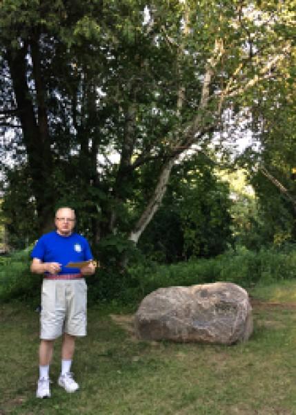 Endel Rubergi mälestuskivi juures kõneleb Jõekääru suvekodu kauaaegne hing ja eestvedaja Jaan Veenpere. - pics/2017/07/50090_005_t.jpg