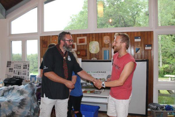 Tegevusjuht Eric Tiisler tänab laagri juhatajat, Markus Eichenbaum'i - pics/2017/07/50096_010_t.jpg