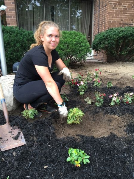 Vabatahtlik noor külaline Eestist, Agnes Malve istutamas lilli Toronto Eesti Maja ees. Agnes oli Jõekääru laagris kasvandik ja on külas augusti keskpaigani.  Youth volunteer Agnes Malve from Estonia planting flowers in front of the Toronto Estonian House. Agnes was a camper at Jõekääru summer camp and is here until mid-August. - pics/2017/08/50154_002_t.jpg