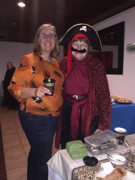 Maaja Uukkivi ja Ingrid Kütt. Hellakeste juhid tulid maskeraadi koonduselt külastama Sõprade Kohvikut - pics/2017/11/50595_002_t.jpg