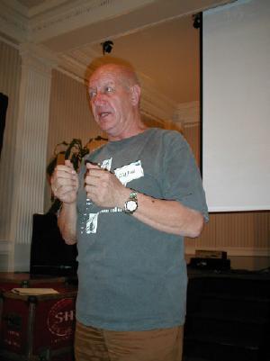 Loodusteadlane Fred Jüssi loengut pidamas New Yorgi eesti kultuuripäevadel märtsis 2001. Nüüd ta tuleb nädalaks Kotkajärvele Metsaülikooli lektoriks ja matkajuhiks. Foto: Neeme Raud  - pics/prior2003/FredJussi.jpg